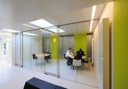 Glashandel accuut is ook gespecialiseerd in glazen scheidingswanden - Kantoor transparant glas ...